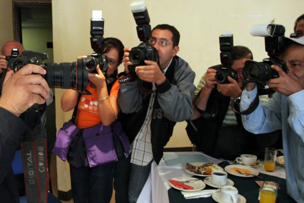 http://www.ahuizote.com/wp-content/uploads/2012/08/Periodistas-620x413.jpg