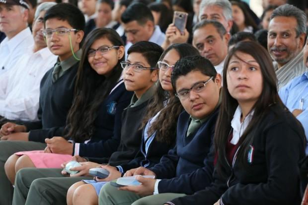 Entrega SEE lentes a más de siete mil estudiantes michoacanos