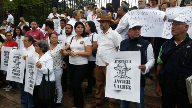 Periodistas de Sinaloa exigen justicia por asesinato de Javier Valdez, al mandatario estatal