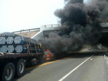Crimen organizado quema 15 vehículos en Michoacán como venganza por detención de 22 compañeros