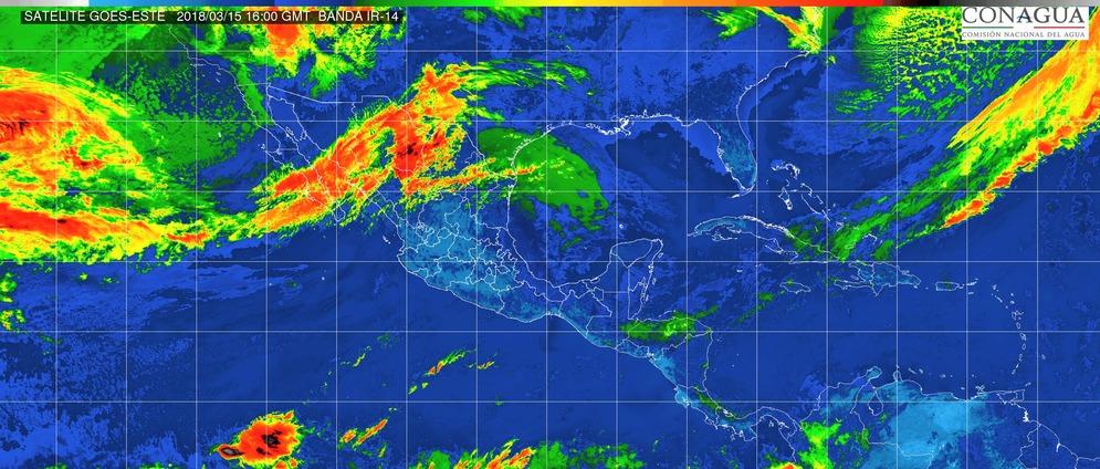 Cielo mayormente despejado. Ambiente caluroso durante el día y viento de dirección variable de 10 a 20 km/h con rachas superiores a 30 km/h. en Michoacán este jueves