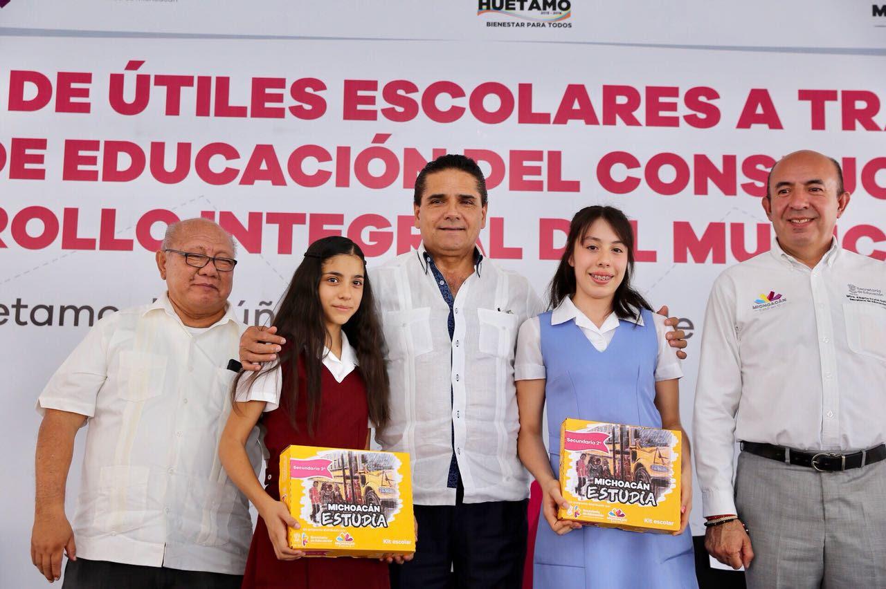 Entrega Gobernador Silvano Aureoles útiles escolares a estudiantes de nivel básico de Huetamo