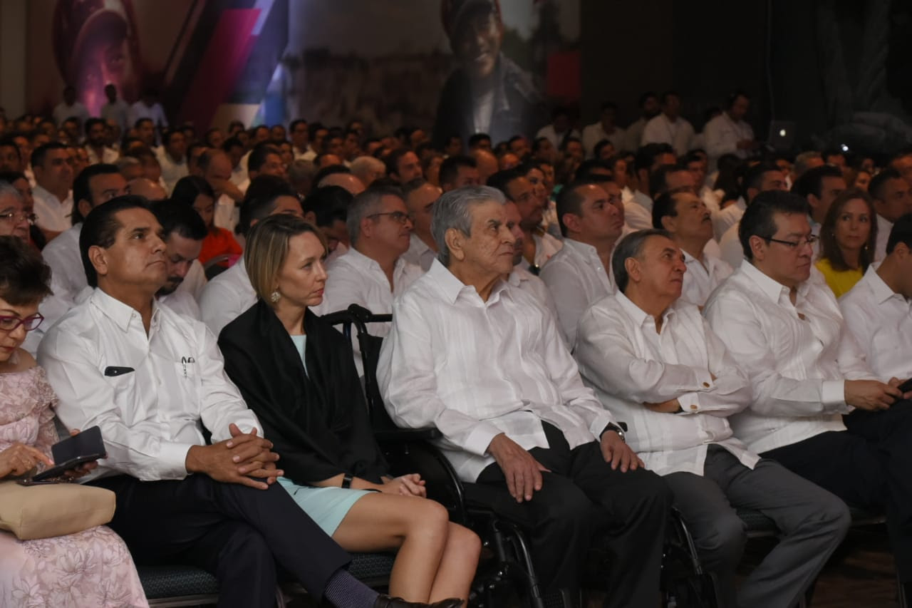 Asiste Silvano Aureoles a informe de Gobernador de Campeche