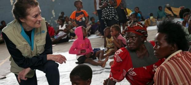 La directora ejecutiva de UNICEF, Henrietta H. Fore (izq.), habla con desplazados internos en Beira, durante visita a una escuela secundaria que cobija a evacuados del ciclón Idai.