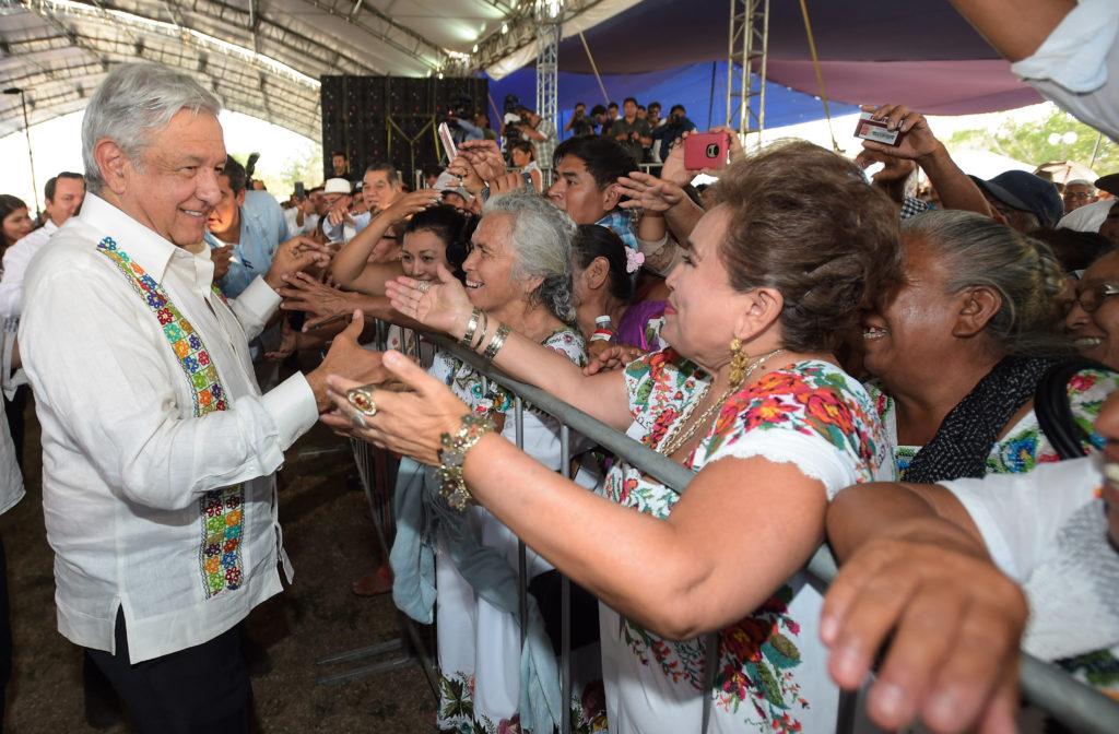 Presidente AMLO se compromete a terminar obras inconclusas en Yucatán; entrega 'Programas Integrales de Bienestar'