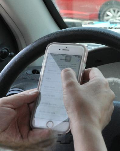 Exhorta ISSSTE a no usar el celular mientras de maneja en vacaciones