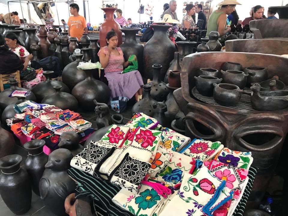 """Mil 300 artífices Mazahuas, Otomís, Nahuas y P'urhépechas, en el Tianguis, en las plazas """"Mártires de Uruapan"""" y """"Morelos"""" y en la Huatápera"""