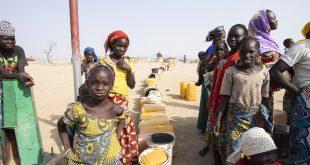 Refugiados nigerianos que tuvieron que dejar sus hogares por el conflicto hacen fila en un campamento de Cameroon para obtener agua.
