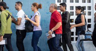 Venezolanos haciendo cola para obtener el sello de entrada en sus pasaportes en la frontera entre Ecuador y Perú. (13 de junio de 2019)