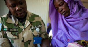 Una mujer de Labado del este de Darfur, es atendida por una enfermera en la base UNAMID debido al poco acceso de cuidado de salud en el área.