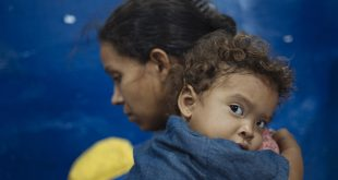 Una madre y su hijo saliendo de Venezuela y en camino hacia Cali, Colombia.