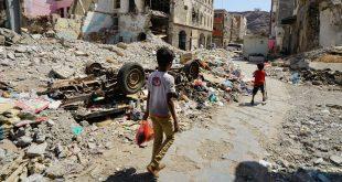 Niño caminando en Aden, Yemen, una zona que ha sido afectada por la guerra desde 2015