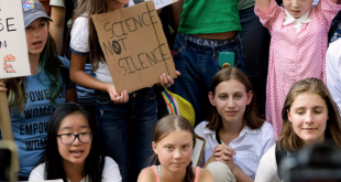 Greta Thunberg junto a otros activistas jóvenes en una huelga por el clima afuera de la sede de las Naciones Unidas