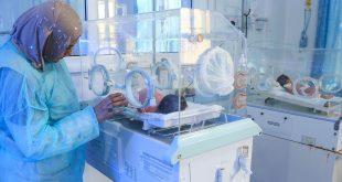 Niños nacidos prematuramente reciben atención en un hospital.