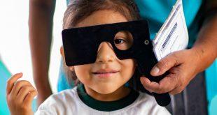 Una niña se somete a un examen otalmológico en su escuela de Lima, en Perú