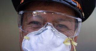 Un empleado del Gobierno mexicano utiliza mascarilla para prevenir la infección de coronavirus
