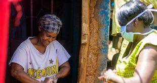 En Nairobi, Kenia, residentes reciben agua y jabón para protegerse del coronavirus.