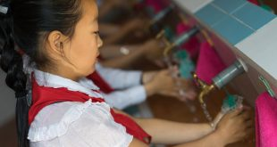 Alumnos de un jardín de niños apoyado por UNICEF se lavan las manos.Ciudad Jongiu, Corea del Norte
