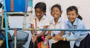 Estas niñas se lavan las manos en las instalaciones de su escuela en Camboya.