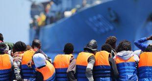Migrantes cruzando el Mediterráneo son rescatados por un buque belga.