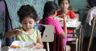 Estas niñas salvadoreñas eran beneficiarias de los almuerzos escolares. Ahora esas raciones de alimentos se preparan para que los niños se los lleven a sus casas.