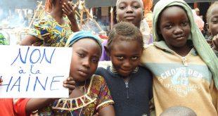 """Un grupo de jóvenes se manifiestan contra el odio y la discriminación basados en la religión y la raza en la República Centroafricana. En el cartel se puede leer: """"No al odio"""""""